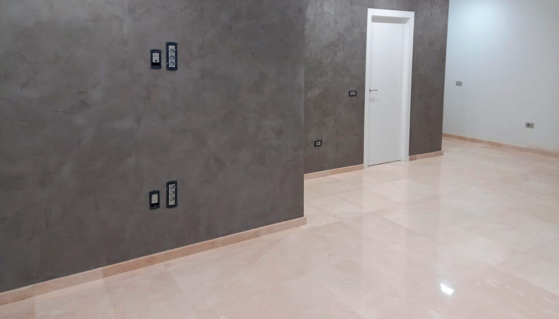 Reforma integral con pared en microcemento